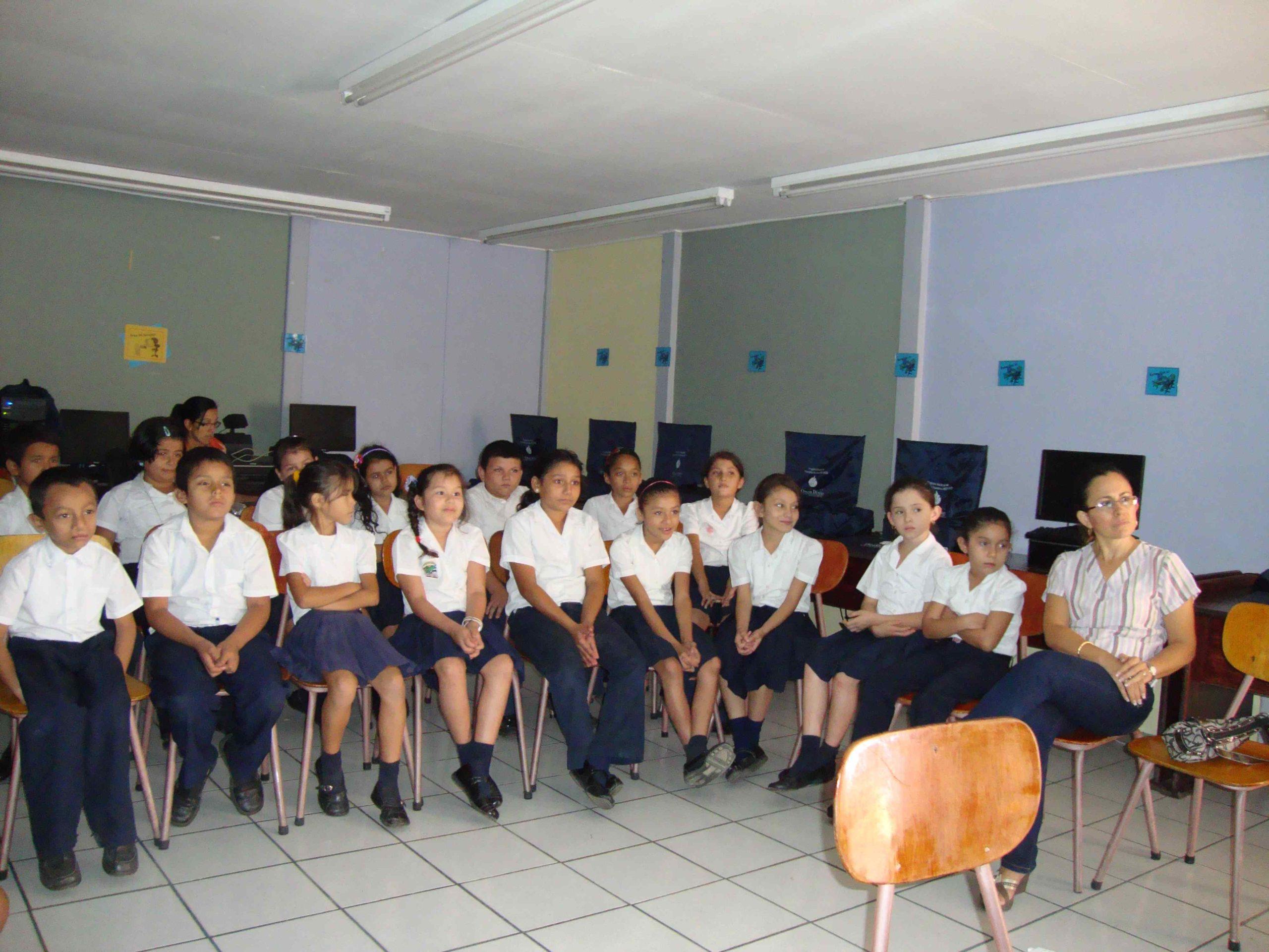 Estudiantes Escuela Toro Amarillo, Guápiles, Pococí, Limón.
